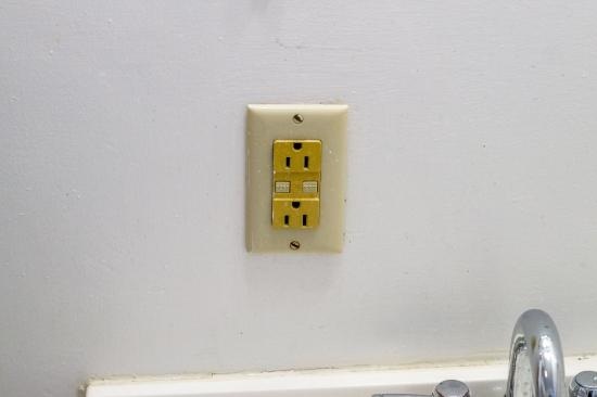 Roseloe Motel: Bathroom wall plug