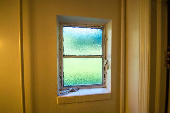 Roseloe Motel: Bathroom window, nasty and won't close