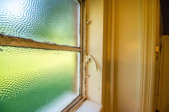 Roseloe Motel: Broken bathroom window