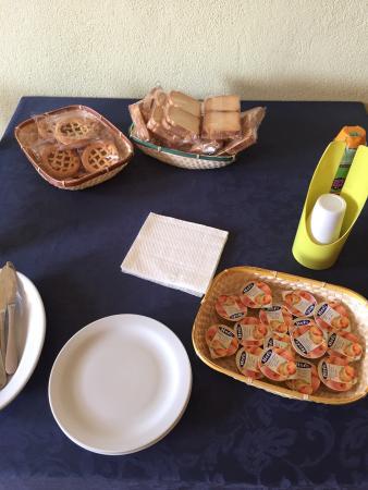 Turismo Rurale San Gaetano: Tipica colazione da Agriturismo rurale: crostatine discount confezionate, miele discount in plas