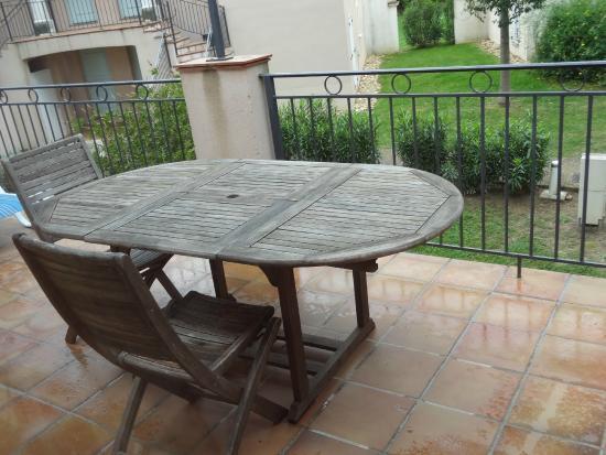 Résidence Odalys Le Clos Bonaventure: terrasse extérieure avec mobilier...
