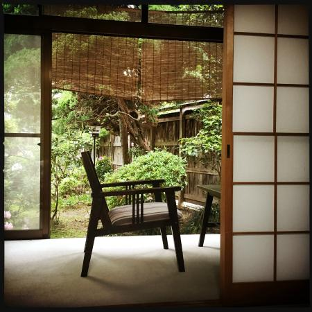 Yuhiken: Japanese style room with view of the garden.