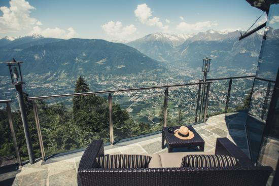Aussicht von der terrasse auf die blumenstadt meran for Meran boutique hotel