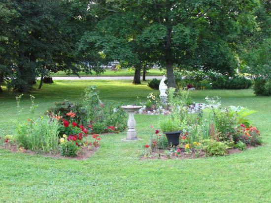 Victoria Inn: Part of the gardens at the Victoria Inn