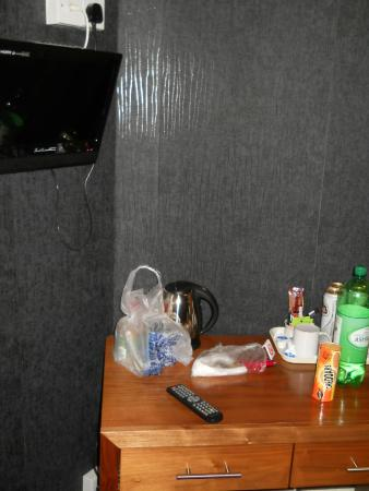 Kirkdale Hotel: Room options: a mini TV, water boiler and.... that's it...
