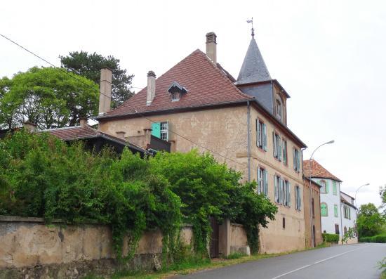 Le Clos Saint Léonard : Voorkant huis, achter de struiken het appartement