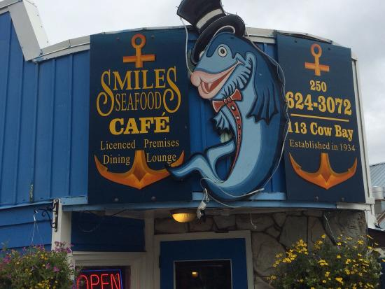 Totem Lodge Motel: Great little restaurant on the warf for breakfast or next door on the deck to watch seals