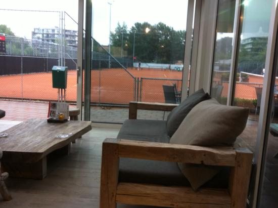 Spa Sport Hotel Zuiver: Looking out from the bar/cafe to the tennis courts