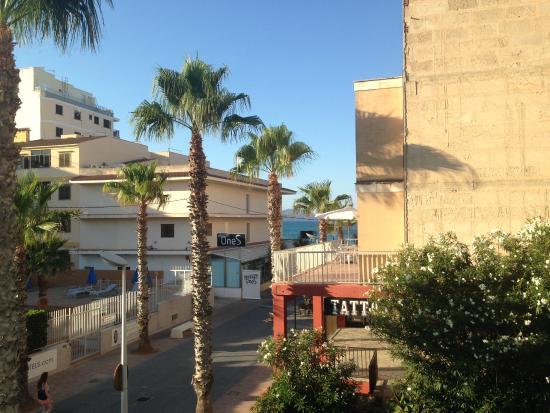 Hotel JS Sol de Ca'n Picafort: VISTA DALLA CAMERA SUL VICOLO/MARE