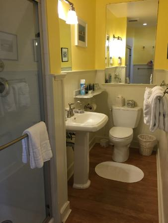 Tucker Inn: Large bathroom