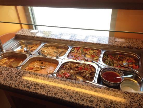 Knivsta, สวีเดน: Helt vanlig lunch. Ris och lite Sushi finns på sidan. Tyvärr fyller de inte på sushin när det ta