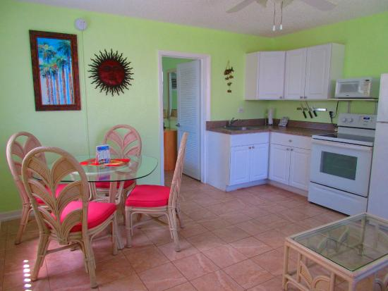 Beach Haven: Kitchen/Living room in One Bedroom apartment