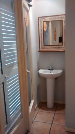 lavandino fuori dal bagno, accanto alla porta che dà sul terrazzo ...