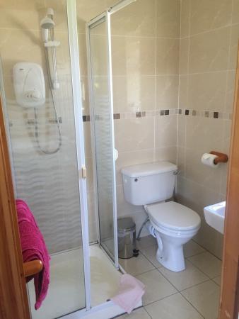 Innishannon, Irlanda: Vooraanzicht huis , slaapkamer en indeling badkamer