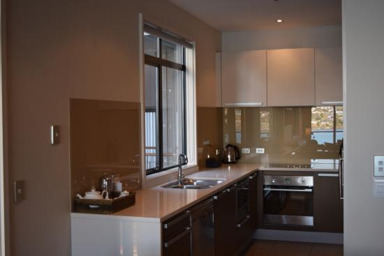 The Rees Hotel & Luxury Apartments: Kitchen