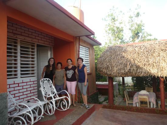 Villa Victor - Rolando y Anabel: Vue de l'habitation avec Anabel et sa maman