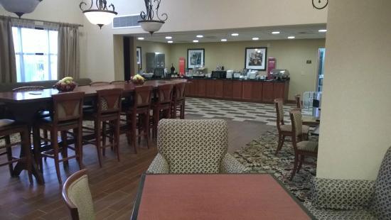Hampton Inn & Suites Enid : breakfast lounge area