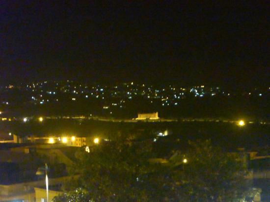 Portadimare: Templo de Zeus iluminado durante a noite (Visto da sacada com zoom no máximo)