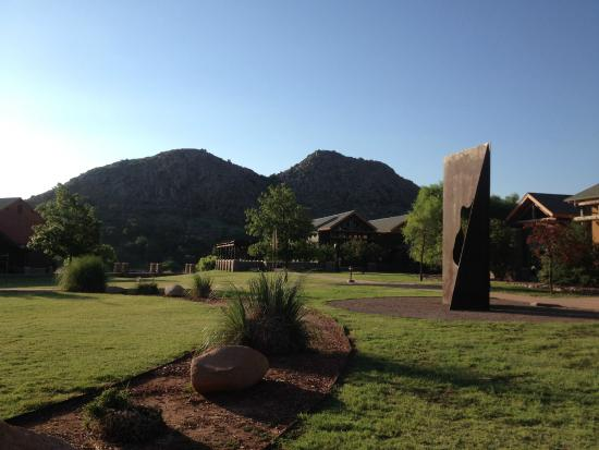 Lone Wolf, OK: A view across the yard between the lodge and rooms.