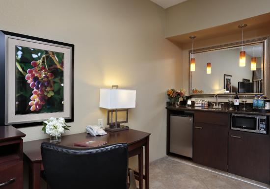 Hampton Inn & Suites - Paso Robles: Suite Wet Bar