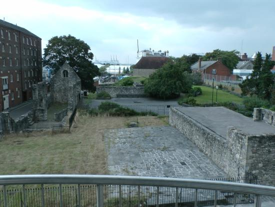 Town or Country Serviced Accommodation: Original Southampton walls stone right outside window!