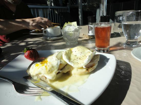 Gores Landing, Канада: Eggs Benedict and Omelet in the background