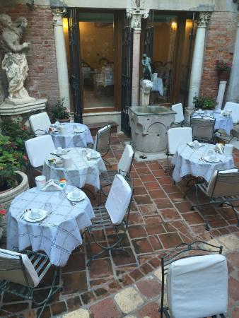 Hotel Al Ponte Mocenigo: Courtyard for Breakfast