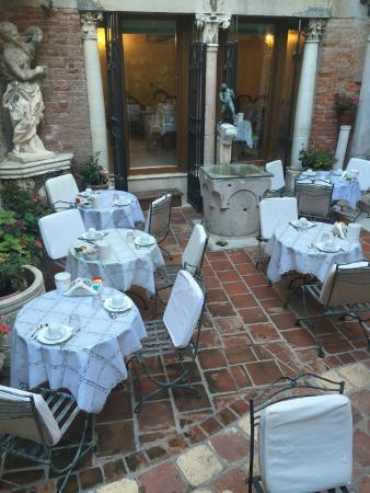 هوتل ألبونتيه موشينيجو: Courtyard for Breakfast