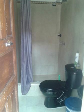 Hostal Sue Candelaria: Baño compartido del patio