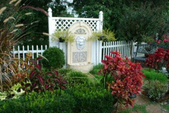 Mountain Aire Motor Inn: Love the landscaping at the Mountain Aire