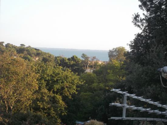 Camping Les Loges: vue sur la mer depuis notre terrasse!