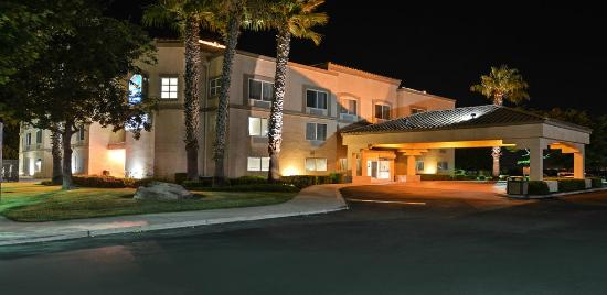 Best Western Plus Villa Del Lago Inn: Night Photo