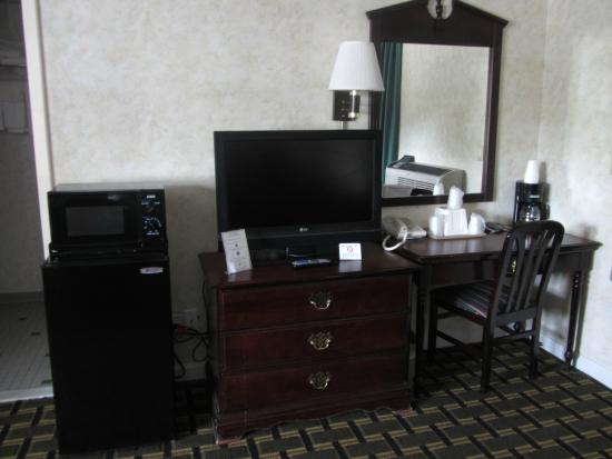 Pilgrim Inn: Room - large dresser with storage, desk and mirror, fridge and microwave!