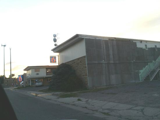 Motel 6 Riverton : the back side of the motel looks scary!