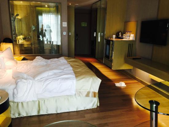 modern bedroom transparent bathroom picture of holiday inn new rh tripadvisor in