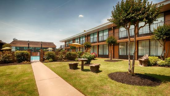 BEST WESTERN Greenville Airport Inn : Courtyard Area