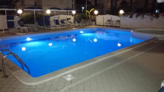 Croce di Malta: Piscina di notte