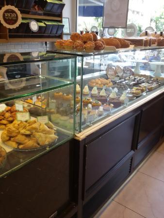 Roladin Bakery and Cafe: отличный выбор выпечки