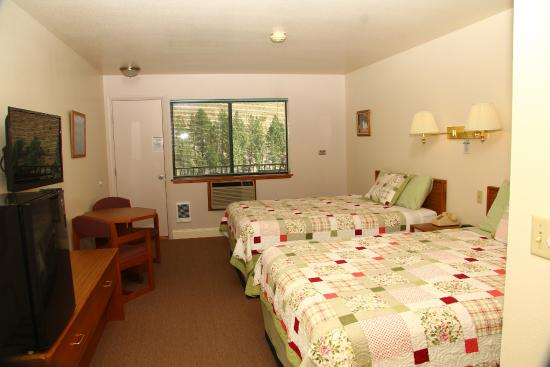 Riverview Motel: double queen room