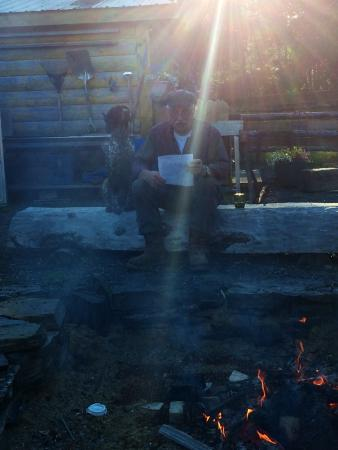 Celtic Mist B & B: Rowland built us a fire and entertained us with stories about his days on commercial fishing boa
