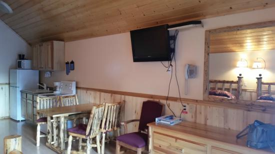 Crooked Tree Motel and RV Park: Kitchen table and flat screen TV