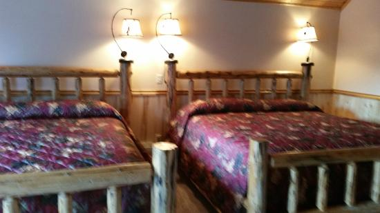 Crooked Tree Motel and RV Park: Two King beds in Cabin 12