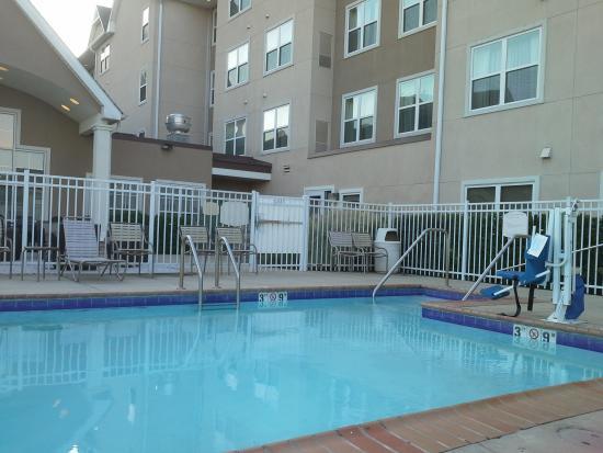 Residence Inn Baton Rouge Towne Center at Cedar Lodge: Pool area