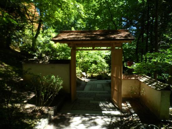 Entrance picture of portland japanese garden portland for Japanese garden entrance