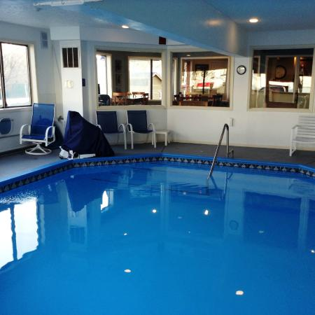 Pointes North Inn: Inside pool