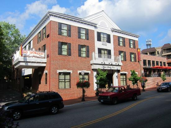 Main Street Inn : Front view on the street