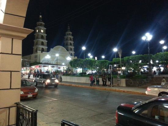 Hotel Arcos del Parque: town square at night