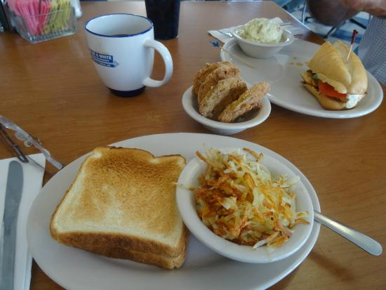 Blue & White Restaurant: Fried green tomatoes, and everything else, was delicious