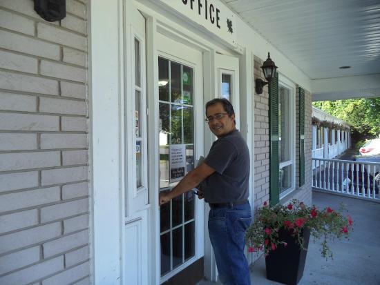 First Canada Inns : door to hotel