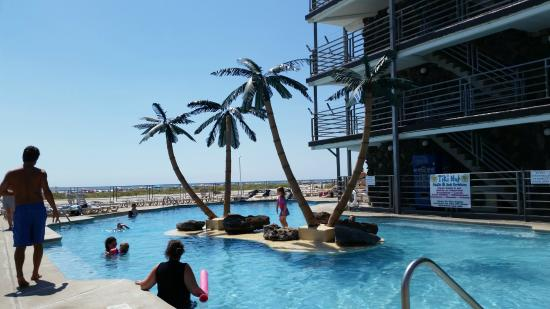 Royal Hawaiian Beachfront Resort: pool area